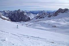Garmisch Deutschland Landschaft des blauen Himmels des Zugspitze-Alpengebirgsschneeskiwinters Stockbild