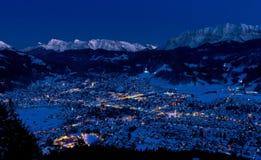 Garmisch-Partenkirchen in der kalten Winternacht Stockfotos