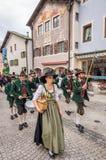 Garmisch Partenkirchen Duitsland - 12 Augustus, 2017: historisch Beiers spectakel in de oude stad van garmisch-Partenkirchen  stock afbeeldingen