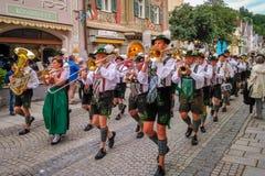 Garmisch Partenkirchen Niemcy, Sierpień 12 -, 2017: historyczny bavarian widowisko w starym miasteczku Garmisch-Partenkirchen na  fotografia royalty free