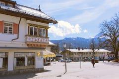 """GARMISCH-PARTENKIRCHEN TYSKLAND†""""APRIL 03, 2015: Garmisch-Partenkirchen är en bergsemesterortstad i Bayern, sydlig Tyskland Arkivbild"""