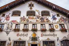 Garmisch Partenkirchen, Tyskland - Augusti 12, 2017: Byggnaden i liten by i Garmisch Partenkirchen royaltyfri foto