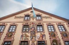 Garmisch Partenkirchen, Tyskland - Augusti 12, 2017: Byggnaden i liten by i Garmisch Partenkirchen arkivbilder