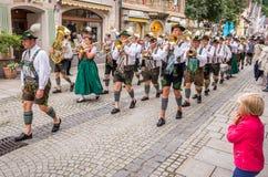 Garmisch Partenkirchen Tyskland - Augusti 12, 2017: historisk bavarian lysande festspel i den gamla staden av Garmisch-Partenkirc royaltyfria foton