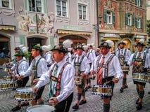Garmisch Partenkirchen Tyskland - Augusti 12, 2017: historisk bavarian lysande festspel i den gamla staden av Garmisch-Partenkirc arkivbild