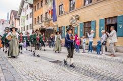 Garmisch Partenkirchen Tyskland - Augusti 12, 2017: historisk bavarian lysande festspel i den gamla staden av Garmisch-Partenkirc royaltyfri foto