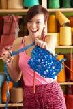 garn för kvinna för främre holdinghandarbete plattform Royaltyfria Foton