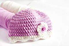 Garn och rosa färger behandla som ett barn hatten Royaltyfri Bild