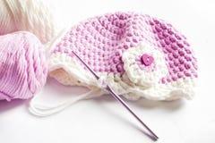 Garn och rosa färger behandla som ett barn hatten Fotografering för Bildbyråer