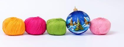 Garn- und Weihnachtsdekorationen lizenzfreies stockbild