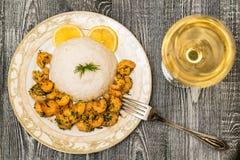 Garnaal met rijst en witte wijn Stock Afbeeldingen
