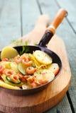 Garnalen, courgette en aardappel gebraden pan Stock Foto's