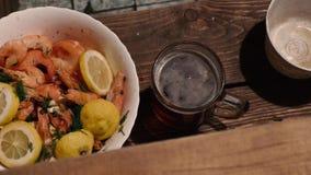 Garnalen en bier in het bad stock videobeelden