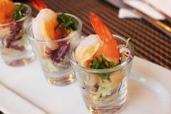 Garnalen en groenten in een glas Royalty-vrije Stock Foto's