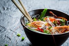 Garnalen en groenten met noedels worden gediend die stock foto's