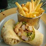 Garnalen en kippen plantaardige die omslag in de helft met frieten wordt gesneden stock afbeelding
