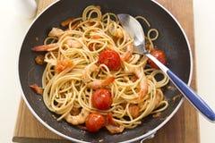 Garnalen en Spaghetti in Pan Royalty-vrije Stock Afbeeldingen