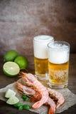 Garnalen met glazen bier Royalty-vrije Stock Afbeeldingen