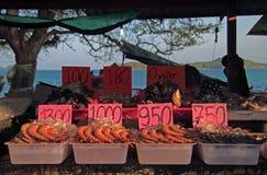 Garnalen, oesters en andere zeevruchten op de straatmarkt, Phuket-eiland royalty-vrije stock foto's