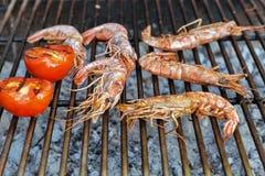 Garnalen op de grill worden gekookt die royalty-vrije stock foto's