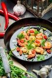 Garnalen op een pan met kruiden worden gediend dat stock foto's