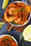 Garnalen op pan met citroen en knoflook worden geroosterd dat Stock Foto