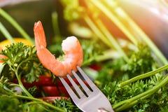Garnalen op vork/Gekookt de garnalen oceaan gastronomisch diner van zeevruchtengarnalen in vork stock foto