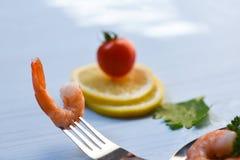 Garnalen op vork/Gekookt de garnalen oceaan gastronomisch diner van zeevruchtengarnalen royalty-vrije stock foto