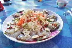 Garnalen in vissensaus met Spaanse pepers en knoflook op schotel Royalty-vrije Stock Foto
