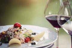 Garnalensalade in een restaurant, met wijn Stock Fotografie