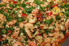 Garnalensalade met grote verscheidenheid van groenten en peterselie voor decoratieclose-up Royalty-vrije Stock Foto's