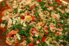 Garnalensalade met grote verscheidenheid van groenten en peterselie voor decoratieclose-up Royalty-vrije Stock Afbeeldingen