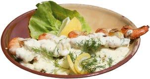 Garnalenspit met saus en verse groenten wordt gediend die Stock Afbeeldingen