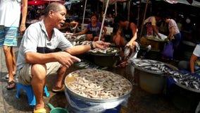 Garnalenstraatventer het verkopen vissen stock footage