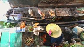 Garnalenzeevruchten het koken op de steenkolen bij het drijven van Bangkok Markt met Kokende Mensen op Boten - Taling Chan Floati stock videobeelden