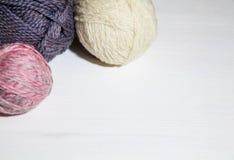 Garnbollar för att sticka olika färger royaltyfri foto
