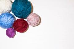 Garnbollar för att sticka olika färger arkivbilder