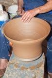 Garncarek pracy z gliną w ceramics studiu Obrazy Royalty Free