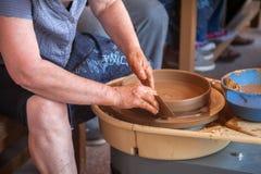 Garncarek pracy z gliną w ceramics studiu Zdjęcia Royalty Free
