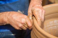 Garncarek pracy z gliną w ceramics studiu Obrazy Stock