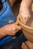 Garncarek pracy z gliną w ceramics studiu Zdjęcie Royalty Free