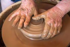 Garncarek pracy z gliną w ceramics studiu Fotografia Royalty Free