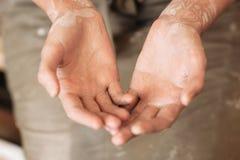 Garncarek upaćkane palmy w glinie, pracuje ręki Zdjęcia Stock