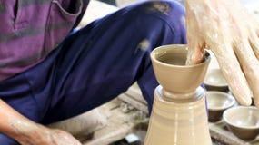 Garncarka mężczyzna robi pucharowi Zdjęcie Royalty Free