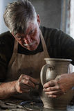 Garncarka pracuje kawałek glina Obraz Stock
