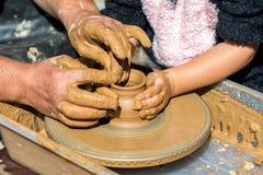 Garncarka przy pracą Potter& x27; s koło Pracująca garncarka Obrazy Royalty Free