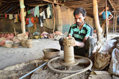 Garncarka robi garnkom blisko Kumbharwada, Ahmedabad Zdjęcie Stock
