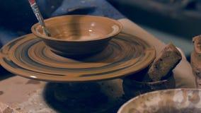 Garncarka sumujący ostatni szlif gliniany puchar zbiory