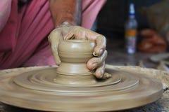 Garncarka tworzy garnek używać glinę Fotografia Stock