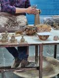 Garncarka uczy dlaczego kształtować glinę na kole zdjęcie royalty free
